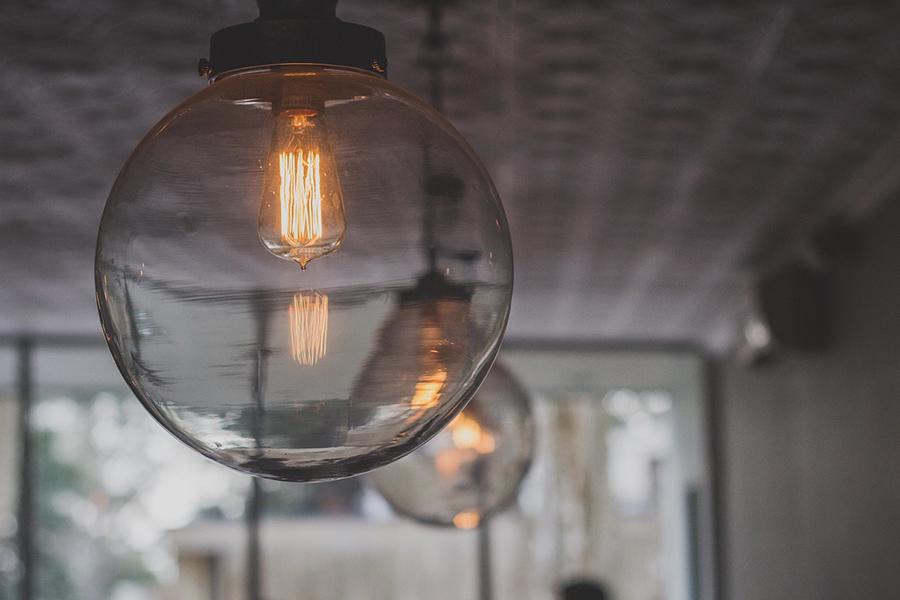 Aranżacja minimalistycznego domu a nowoczesne oświetlenie