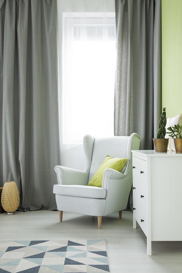 fotel i zasłony