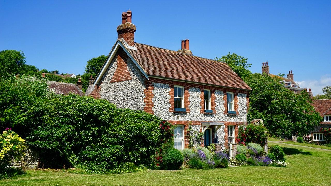 Pomalowany dach – dlaczego się go maluje?